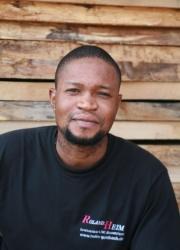 Nelson Onokevwode, Schreinerhelfer